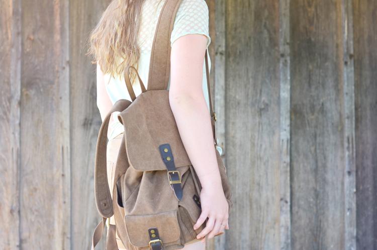 outfit-blumenkranz-und-rucksack