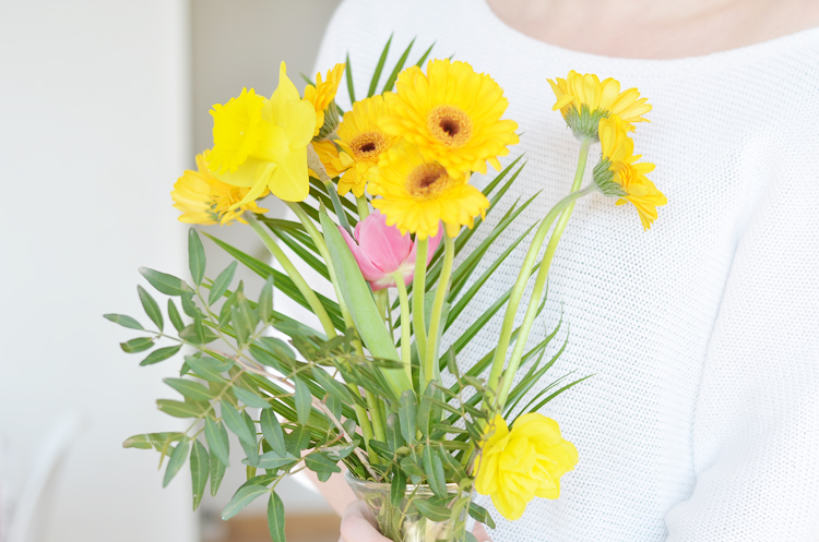 gelbe Wohnzimmerdeko und Frühlingsputz-Checkliste