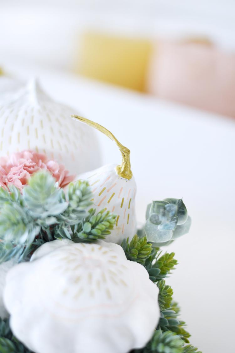 Kürbisgesteck mit Blumen