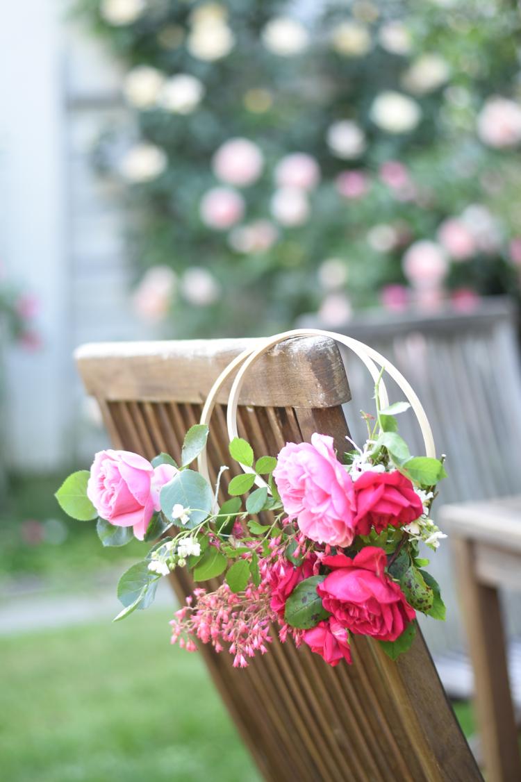 Gartendeko: Gebundene Deko-Kränze aus Rosen und Blattgrün