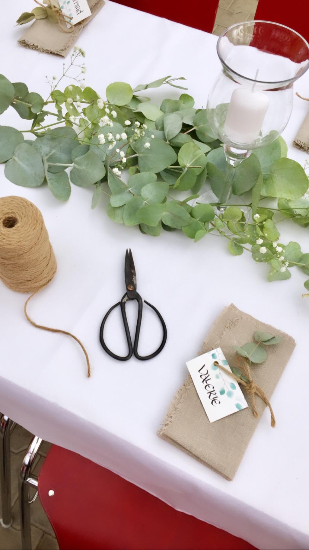 Hochzeit: Tischdeko mit Eukalyptus und Schleierkraut – einfach & günstig selber machen!