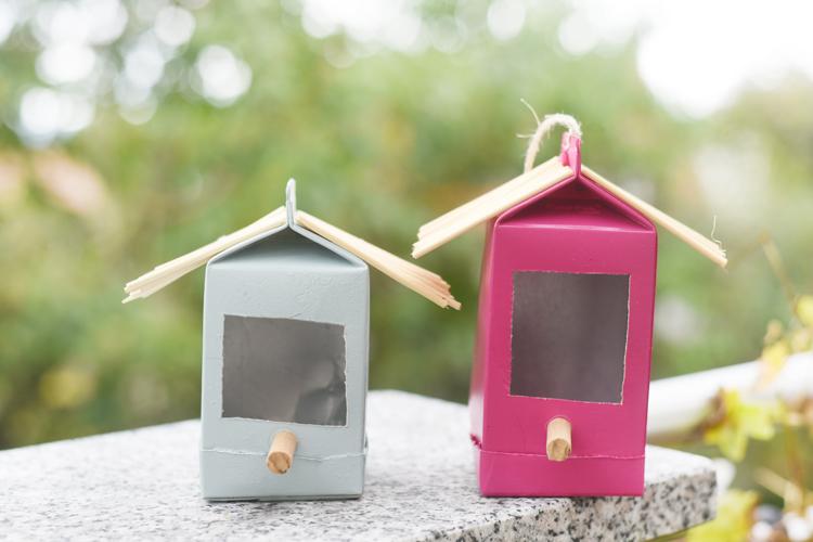 Upcycling-Idee: Bunte Vogelhäuschen aus alten Tetrapacks