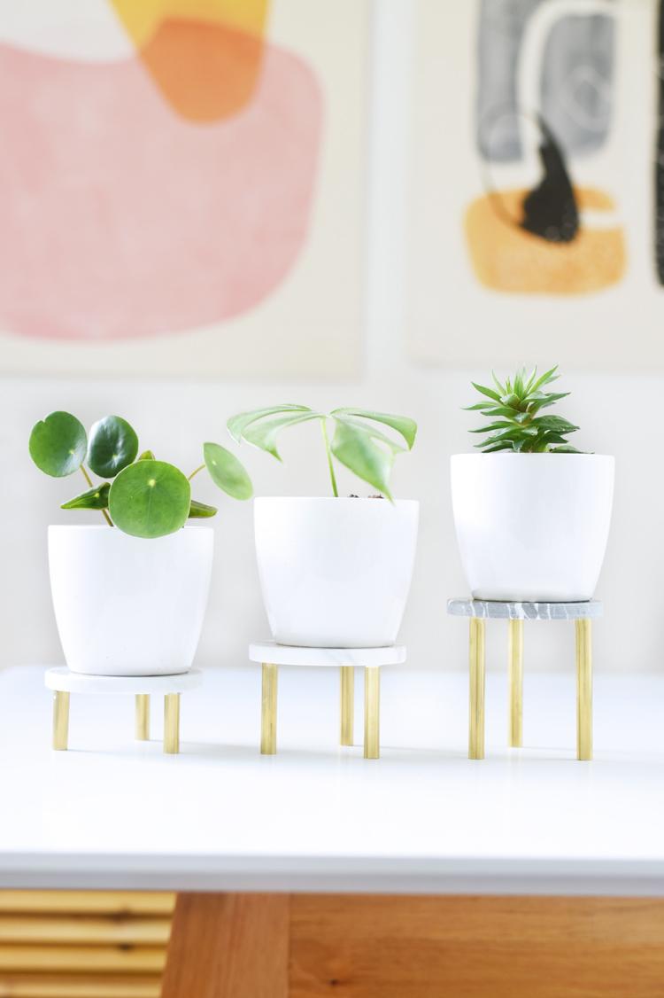 Pflanzenständer DIY: So macht ihr einen Pflanzenständer in Gold und Marmor selbst. Ich zeige euch eine DIY-Anleitung wie ihr Pflanzenständer selber bauen könnt.